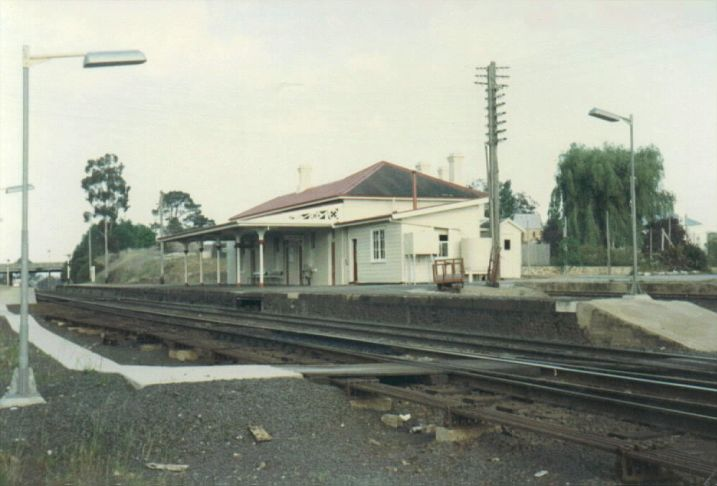 A view of Marulan station, looking back in the direction of Sydney.  The dock platform is visible at the right.